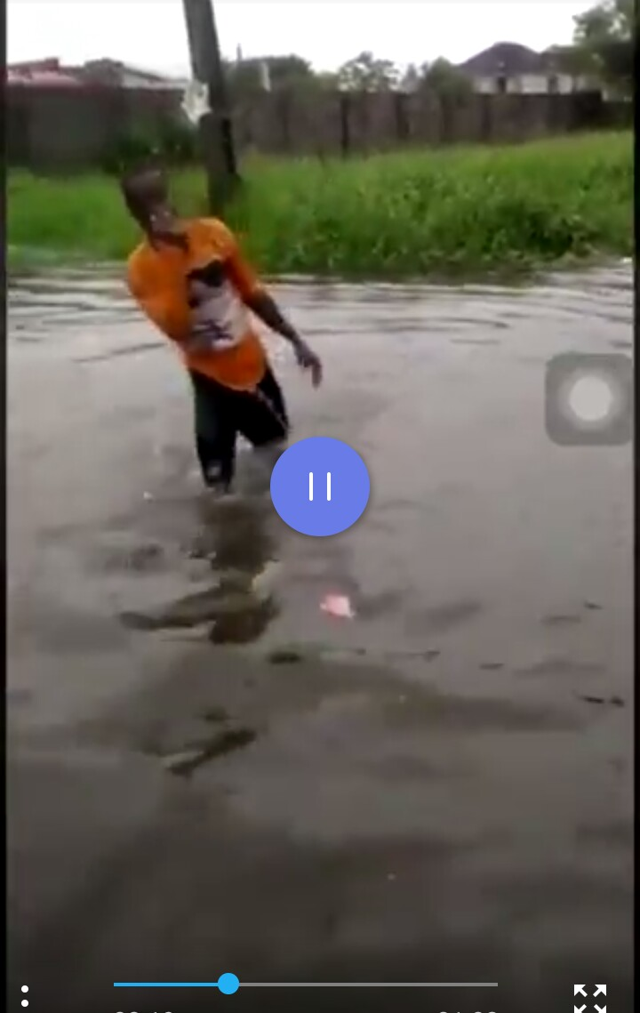 Man swim from his house to friends place in jakande estate, Lekki (VIDEO) 2