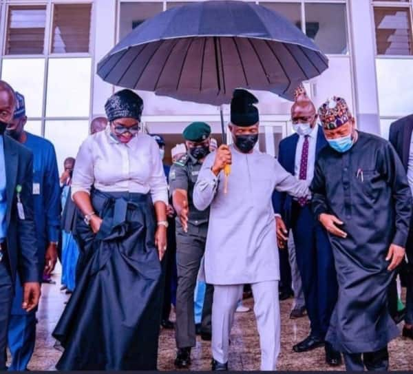 Nigerians commend Osinbajo as he holds an Umbrella to cover himself